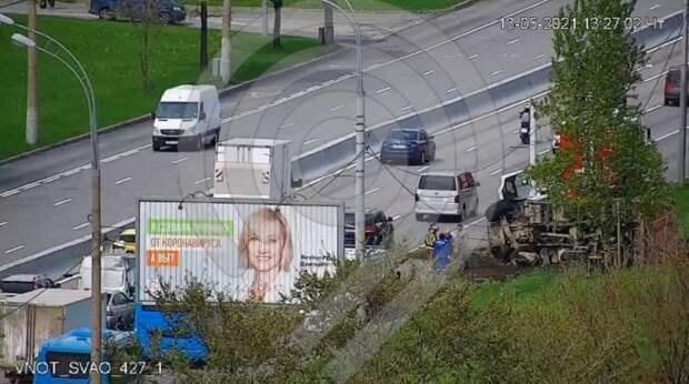 Грузовик снёс фонарный столб на Алтуфьевском шоссе