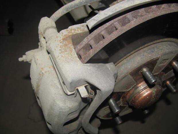 6 признаков необходимости замены тормозных колодок, а возможно и тормозных дисков
