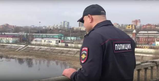 Полицейский спас мужчину от прыжка с моста в Иркутске