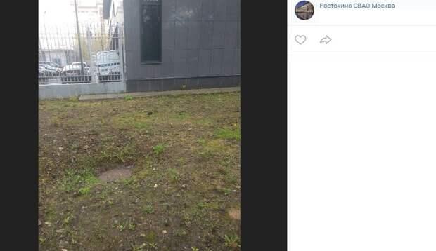 Просевший люк на Бажова поставят на место специалисты «Мосводоканала»