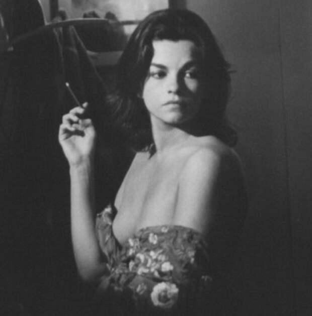 Красотка из 60-ых Женевьев Бюжо