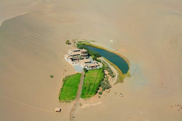 5 удивительных фото оазиса в форме месяца посреди китайской пустыни