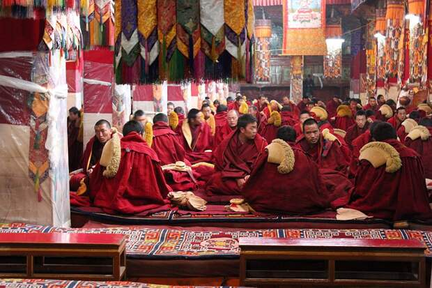 Монахи монастыря Дрепунг