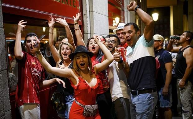 Пиво, песни изпабов ифаст-фуд: фанаты «Ливерпуля» почти непраздновали победу. Нонамусорили