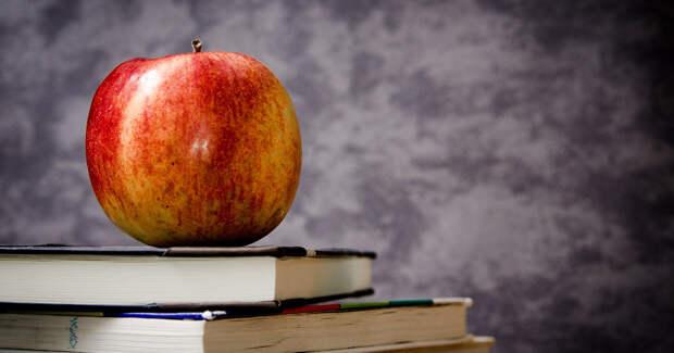 книги, яблоко