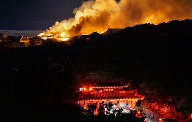 В Японии пожар полностью уничтожил старинный замок: 6 грустных фото