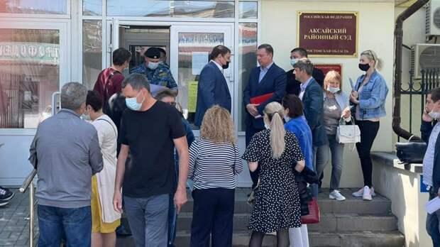 Силовиков стянули к зданию суда, в котором пройдет заседание по аксайским рынкам