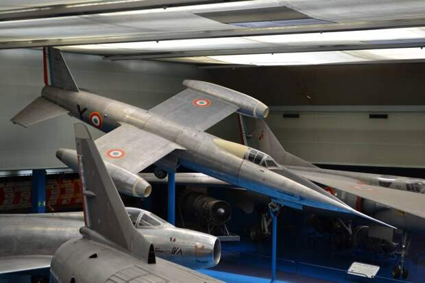 Кабина самолета SNCASO S.O.9000.01 «Тридан» в авариной ситуации должна была отделяться в том месте, где на фюзеляже видна узкая темная полоса – это пояс силового шпангоута (судя по цвету, наверное, титановый)