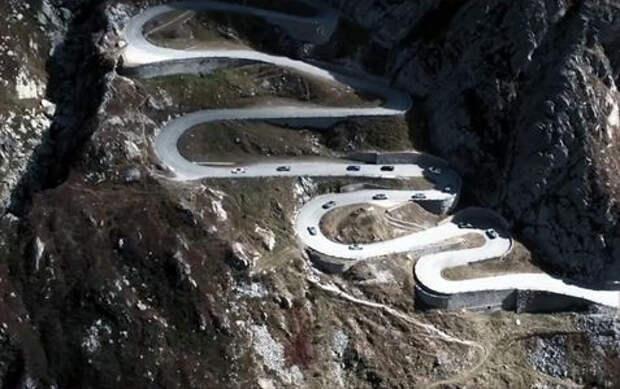 Вслед за Суворовым: 19 гибридов Porsche «перешли» через Альпы