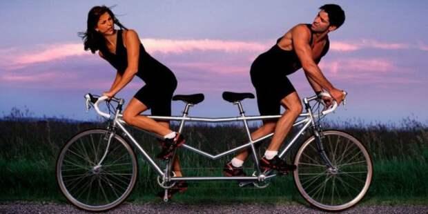 парень и девушка крутят педали в разные стороны