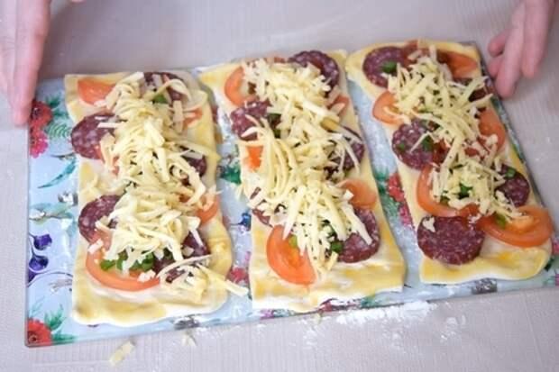 Мини-пицца на скорую руку, из слоеного теста: фото шаг 7
