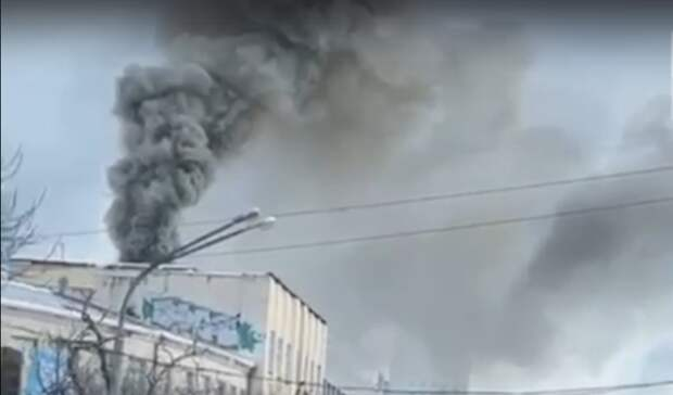 «Весь центр вдыму»: пожар наулице Куйбышева сняли навидео очевидцы вЕкатеринбурге