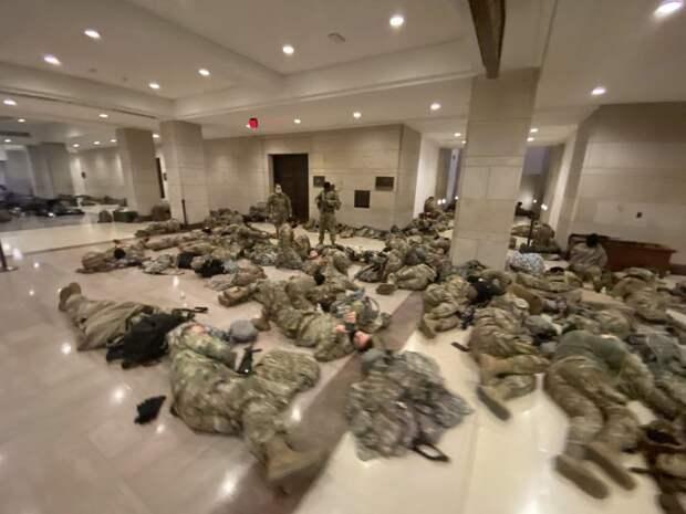 """Пентагон подвергся критике из-за """"полного бардака"""" на фото с военными, охраняющими Капитолий"""