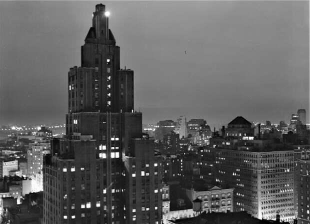 Дождливый вечер в Нью-Йорке, вид на запад в сторону реки Гудзон со стороны Юниверсити-плейс, сентябрь 1939 года