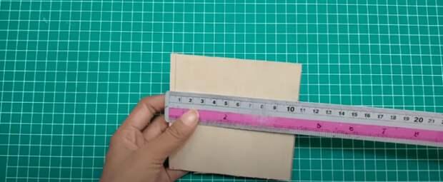 Яркая композиция из пенопласта и картона