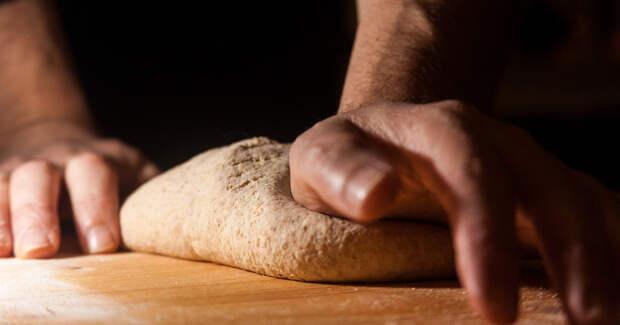 Мужчина замешивает тесто