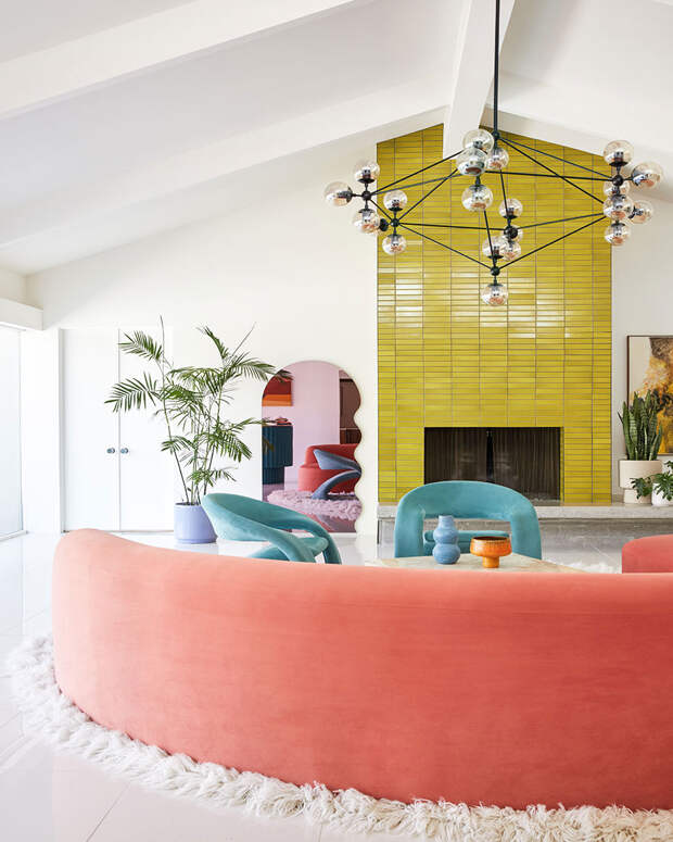 Новый красочный интерьер для дома 1957 года в Палм-Спрингс