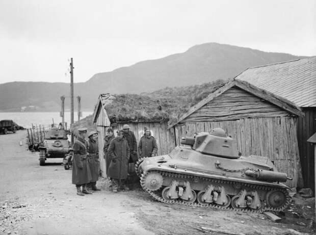 На фото - Н-35 (в верху) и R-35 (внизу) военная техника, военное, история, много букв, танки, танки СССР, техника, факты
