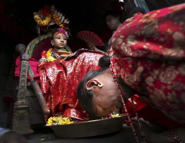 Поклоны и мольбы, обращенные к кумари богини, девушки, непал