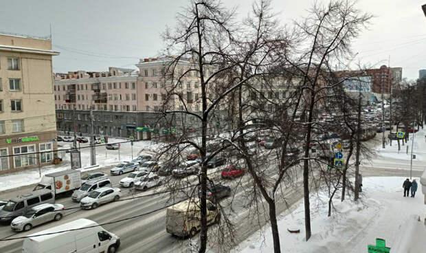 На дорогах Челябинска из-за снегопада снова образовались 9-балльные пробки