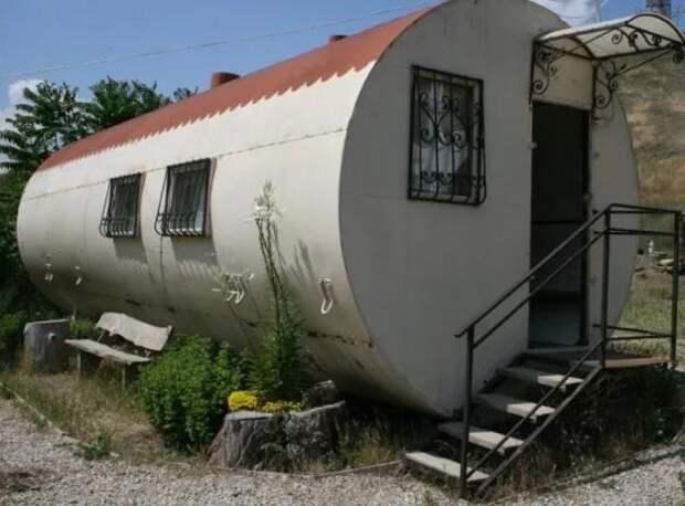 На Севере некоторые люди живут в железных бочках. Как же выглядят их дома?