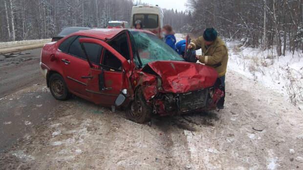 Двое водителей получили травмы в лобовом столкновении в Удмуртии