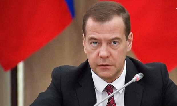 Всю зарплату не отдам: единороссы отреагировали на призыв Медведева перечислить деньги врачам