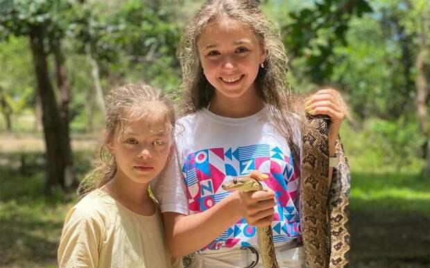 «Бесстрашная девочка». Валиева шокировала подписчиков фото с отдыха на Кубе со змеей в руках