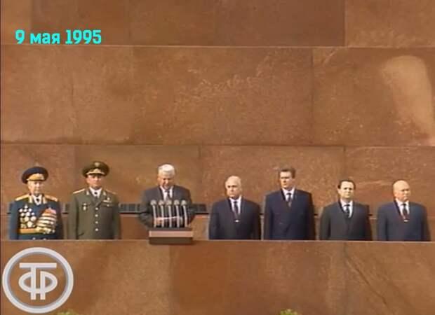 Скрин из парада 1995 года. Ельцин на мавзолее. Не надо сказки сочинять, что Ельцин не принимал парад с мавзолея.