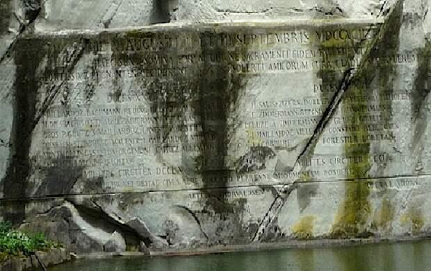 Высеченная надпись на скале: «Верности и отваге швейцарцев». ¦ Фото:  best-guide.ru