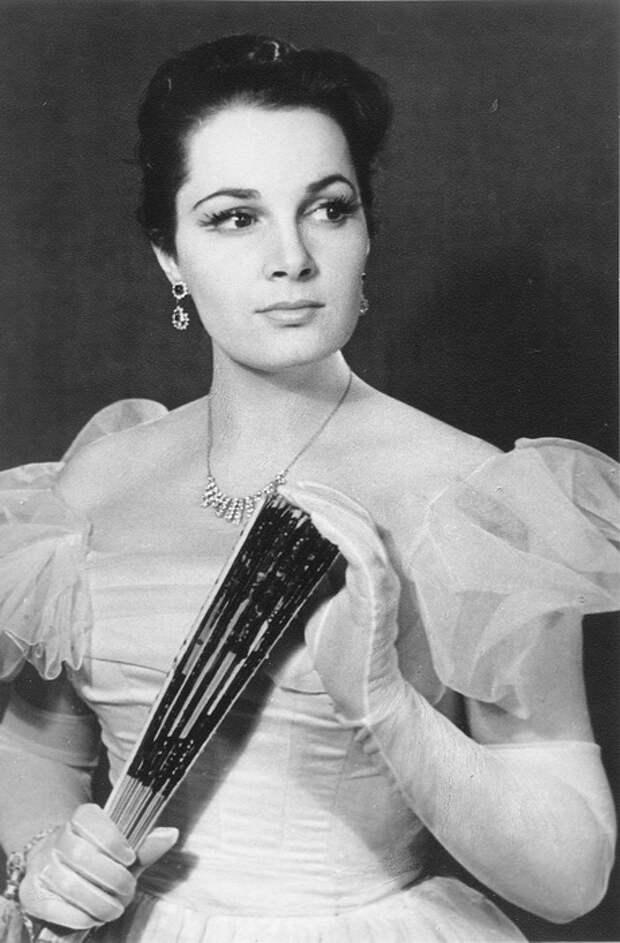 Как выглядела в детстве незабвенная Элина Быстрицкая и как преображалась ее красота на протяжении жизни, изображение №12