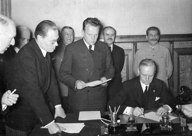 Алексей Алексеевич Шкварцев (в центре, с бумагами)
