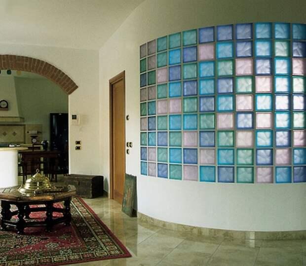 округлая стена из стеклоблоков