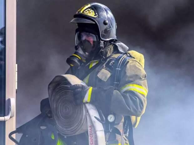 В Новосибирске вспыхнул крупный пожар в цехе, погиб человек