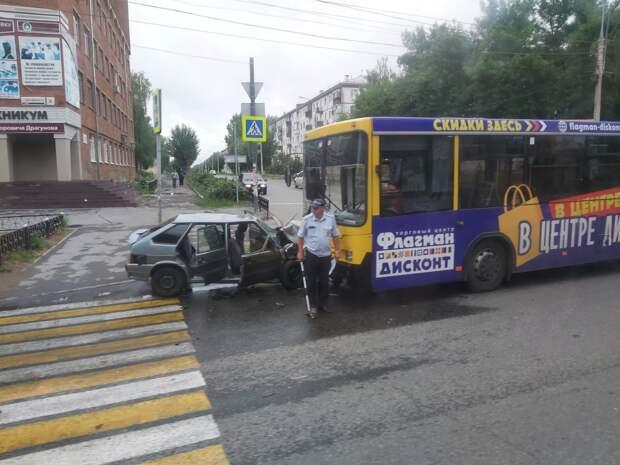 Автобус и легковушка столкнулись на улице Дзержинского в Ижевске