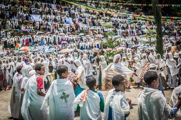 Эфиопский священник проводит обряды экзорцизма через Facebook