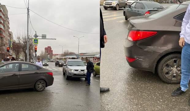 В Тюмени на перекрёстке улиц Холодильная и Фабричная внедорожник врезался в КИА