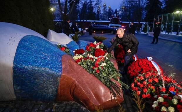 Одинокий Путин на могиле Ельцина: кадры с Новодевичьего