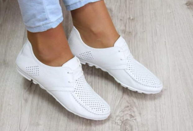 Как легко очистить белую обувь