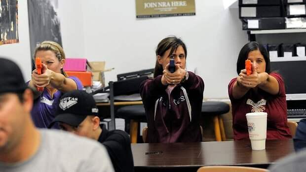 В США учителей вооружат до зубов: в школу как на фронт