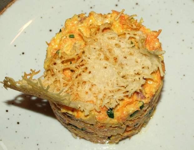 Салат с сыром, морковью и сервелатом