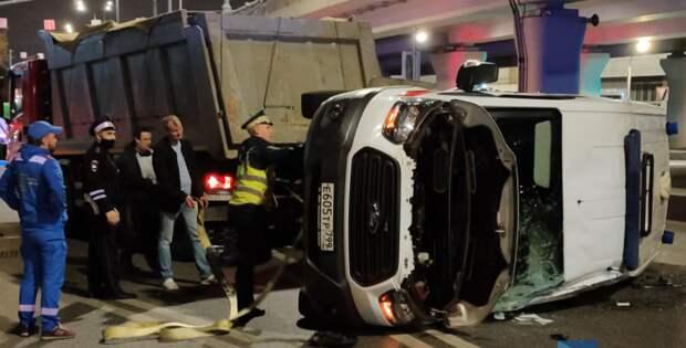На Волоколамском шоссе перевернулась машина скорой помощи