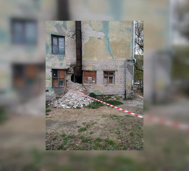 Огромная дыра образовалась в стене общежития в Дзержинске