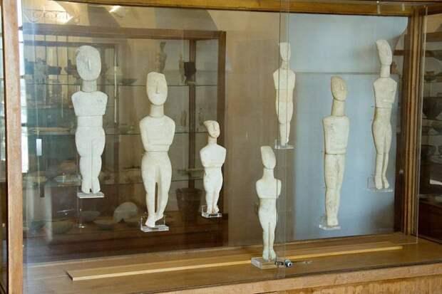 Киклады: цивилизация обсидиана, мраморных идолов и… гробниц!