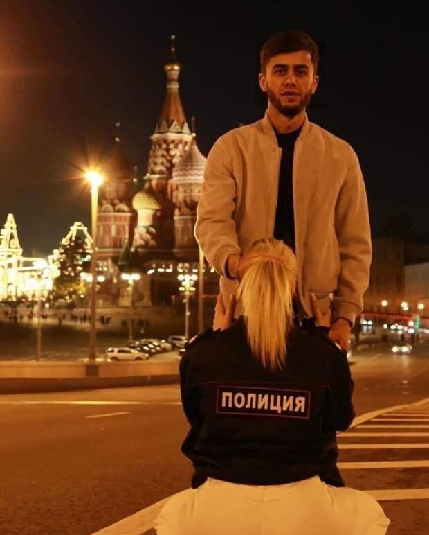 Суд рассмотрел дело таджикского блогера Руслана Бобиева, который вместе с подругой Анастасией Чистовой сделал фото с секс-подтекстом на фоне храма Василия Блаженного
