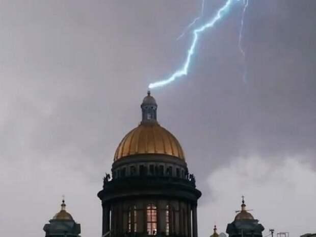 Видео, как в Петербурге во время грозы в крест Исаакиевского собора ударила молния
