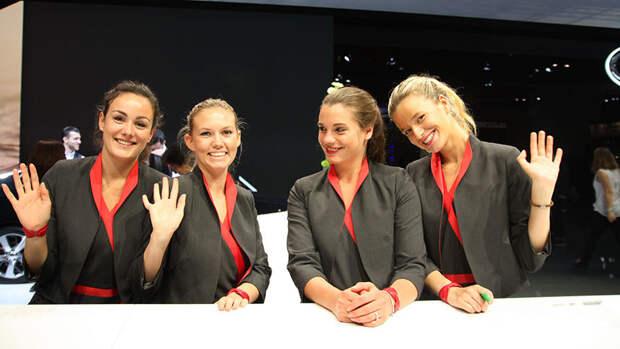 Девушки Парижского автосалона