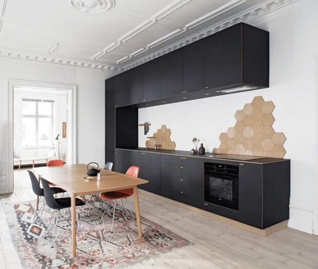 Крутое и просто отличное решение оформить кухню в скандинавском стиле, что однозначно понравится и создаст дополнительный уют.