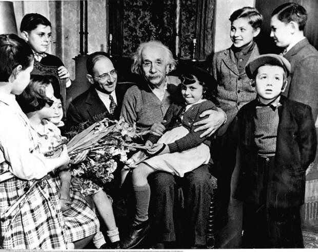 Эйнштейн с еврейскими детьми. Принстон, 1941 год.