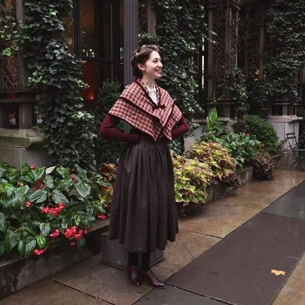 Модное путешествие во времени: девушка в исторических нарядах очаровала Сеть
